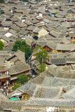 丽江老镇铺磁砖了屋顶大角度视图 免版税库存照片