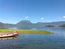 丽江,云南,中国Lugu湖由山围拢了 免版税库存图片