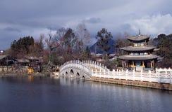 丽江,瓷:黑龙水池塔 免版税库存照片
