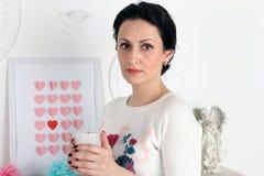 举一个白色蜡烛的一名年轻美丽的妇女 免版税库存图片