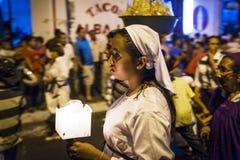 举一个蜡烛的女孩在一支队伍的晚上在市的街道利昂在尼加拉瓜在复活节庆祝期间 库存照片