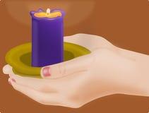 举一个蜡烛的女性手 免版税库存照片