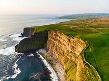 举世闻名的峭壁Moher,其中一个最普遍的旅游目的地在爱尔兰 图库摄影