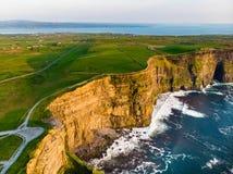 举世闻名的峭壁Moher,其中一个最普遍的旅游目的地在爱尔兰 免版税库存图片