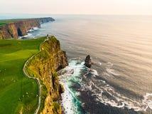 举世闻名的峭壁Moher,其中一个最普遍的旅游目的地在爱尔兰 库存照片
