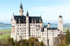 举世闻名的新天鹅堡城堡美丽的景色  免版税库存图片