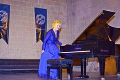 举世闻名的古典钢琴演奏家一个音乐会的Gulsin Onay在Bellapais修道院里在北部塞浦路斯。 库存图片