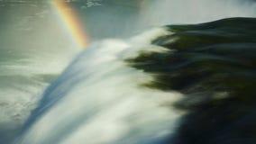 举世闻名的尼亚加拉瀑布-在游人中的一个普遍的地方 在图片,一个能看到两瀑布和 股票录像