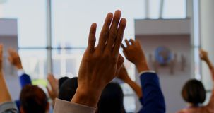 举他们的在企业研讨会4k的商人手 股票录像