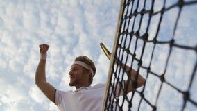 举他的手和高兴胜利的职业网球球员在比赛 影视素材