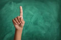 举他的答复的学生手在教室 库存图片