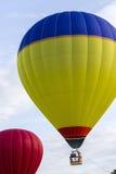 举入天空的一个五颜六色的热空气气球 免版税图库摄影