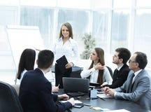 举办企业同事的女商人一个介绍 免版税库存照片