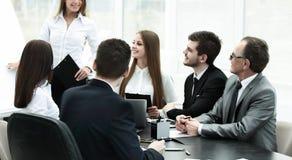 举办企业同事的女商人一个介绍 免版税图库摄影