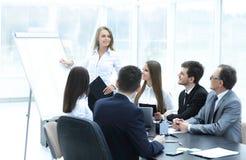 举办企业同事的女商人一个介绍 免版税库存图片