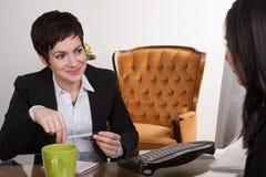 举办工作面试计算机书桌办公室的两名妇女 库存照片