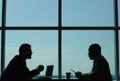 举办的交涉在现代会议室里 免版税库存图片