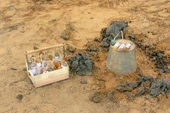 举办的生态勘测 甲烷含量的决心在土壤的 免版税库存图片