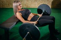 举在健身房的肌肉年轻健身妇女重量crossfit 健身妇女deadlift杠铃 Crossfit妇女 免版税库存图片