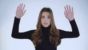 举在背景的震惊有罪女孩画象手 股票录像