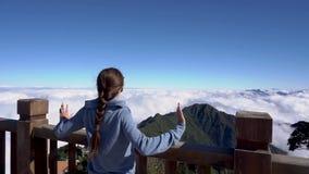 举手的妇女,看在番西邦峰山的风景在Sapa,越南 股票视频