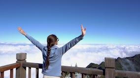 举手的妇女,看在番西邦峰山的风景在Sapa,越南 影视素材