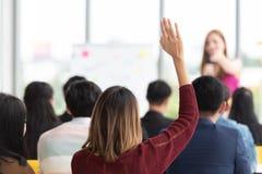 举手的学生在教室 免版税库存照片