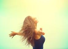 举手的秀丽女孩室外 免版税图库摄影