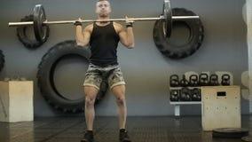 举杠铃的年轻成人运动人在交叉训练期间在健身房 影视素材