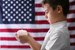 举灼烧的蜡烛的逗人喜爱的小男孩 免版税图库摄影