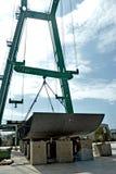 举的金属的兆起重机为兆游艇的建筑编结在造船厂 库存图片