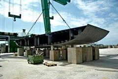 举的金属的兆起重机为兆游艇的建筑编结在造船厂 库存照片