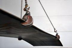 举的链子和勾子装载的金属板的 ?? 免版税库存图片
