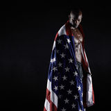 举着一面美国国旗的男性运动员 库存图片
