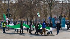 举着在demonstrati的亲反对活动家叙利亚旗子 免版税库存照片
