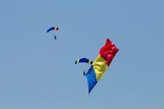举着旗子的两个降伞 免版税图库摄影