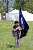 """举着旗子的男孩在Liberty† -贝得福得,弗吉尼亚""""Battle  免版税库存照片"""