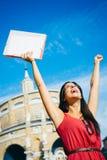 举胳膊的成功的学生 免版税库存照片