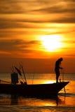 举船锚的小船的渔夫。 图库摄影