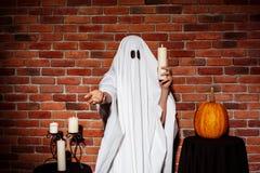 举蜡烛的鬼魂,伸手对照相机 万圣节当事人 库存照片