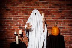 举蜡烛的鬼魂,伸手对照相机 万圣节当事人 库存图片