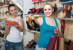 举行一双被采摘的鞋在精品店的女孩 免版税库存照片