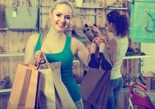 举行一双被采摘的鞋在精品店的女孩 库存照片
