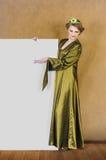 举行一张空白招贴的新俏丽的公主 免版税库存图片