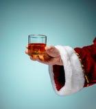 举行与在蓝色的一个啤酒杯的圣诞老人 库存图片