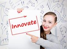 举行与文字词的少妇whiteboard :创新 技术、互联网、事务和营销 免版税库存照片