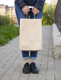 举行与纸袋的女孩生态购物在手上 图库摄影
