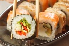 举行与菜和另外s的两双筷子Hosomaki 库存照片