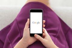 举行与谷歌的妇女iPhone 6在屏幕上 库存照片