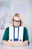 举行与黏合剂的女实业家在书桌 库存图片